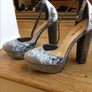 JustFab gray high heels. Aprox 5 inches size 7.5
